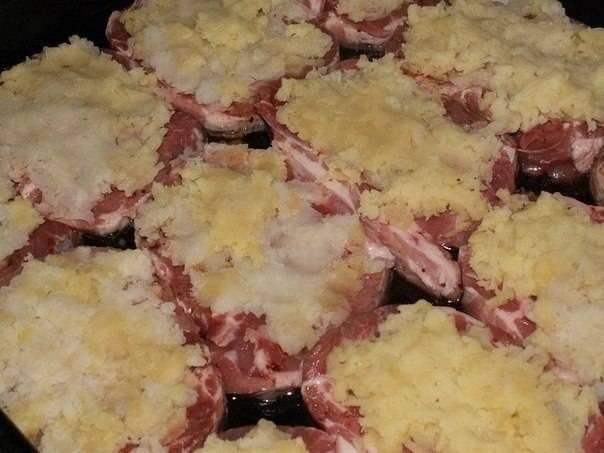 Картофель отварите в «мундире», очистите, потрите и выложите на мясо.