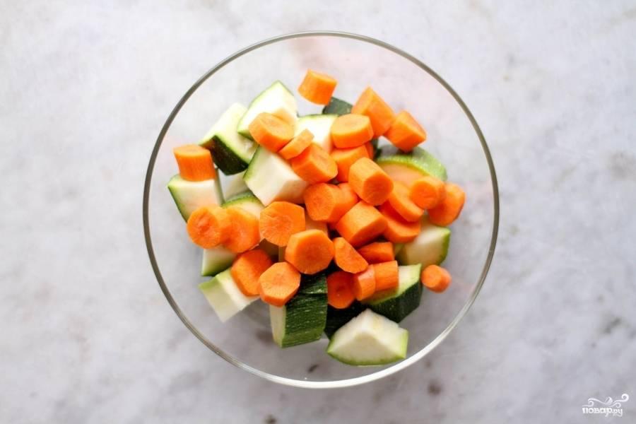 Морковь для салата варить не надо. Цукини тоже будем использовать сырыми. Нарежьте их небольшими кусочками, желательно равными.