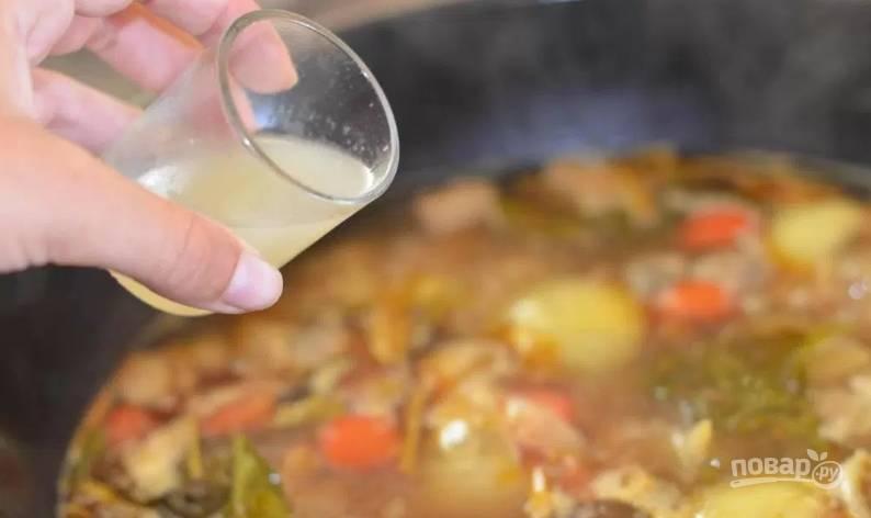 3. Добавим сок, выжатый из всех лаймов. Кожицу не используйте, она будет горчить. На небольшом огне под крышкой тушим суп.