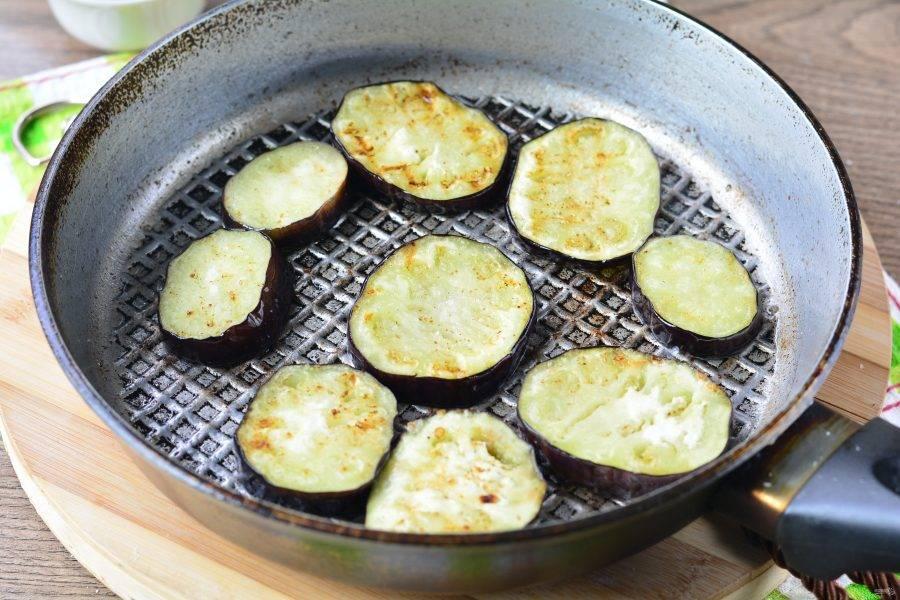 Затем на среднем огне также обжарьте баклажаны. Если что доливайте понемногу масло. Баклажаны посолите по вкусу.