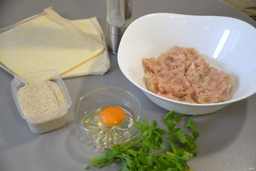 Подготовьте продукты в соответствии с рецептом.