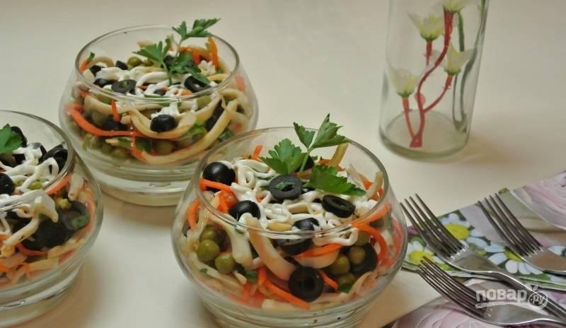 5.Перед подачей раскладываю салат по формочкам, поливаю майонезом и подаю к столу. Приятного аппетита!