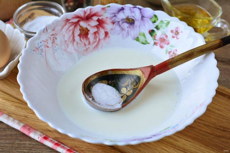 Влейте кефир комнатной температуры в миску, всыпьте соду и размешайте. Пусть масса постоит пару минут, чтобы сода хорошо погасилась.