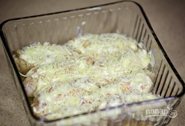 14. И присыпьте сверху ранее отложенным сыром. Отправьте в разогретую до 180 градусов духовку минут на 20.