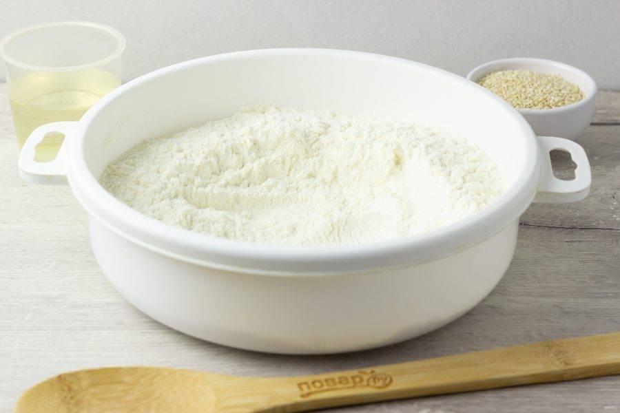 В просеянную муку добавьте сахар, ванилин, соль и соду. Перемешайте сухую смесь.