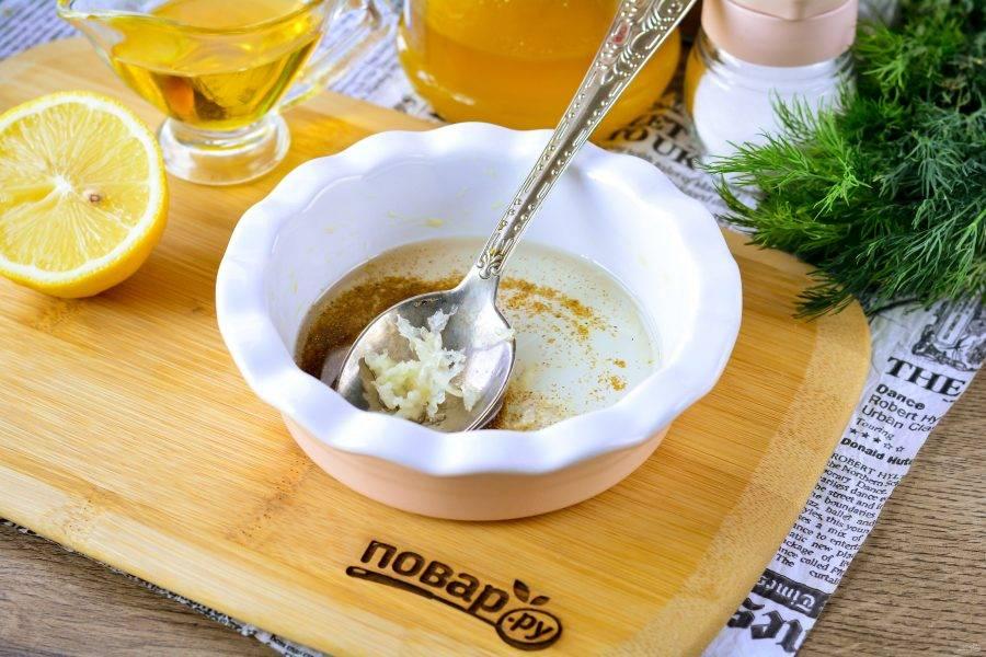 Смешайте в подходящей емкости мед и лимонный сок, отправьте в микроволновку и готовьте карамель 2-3 минуты на высокой мощности, затем осторожно достаньте прихватками, выдавите чеснок и добавьте молотый кориандр. Перемешайте пряную карамель.