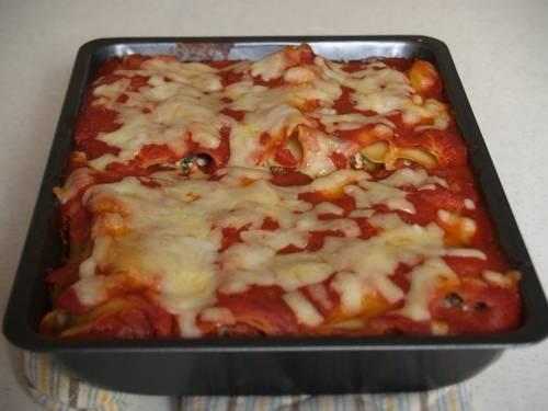 6. Готовятся каннеллони под соусом в домашних условиях около 20-25 минут. Подавать к столу блюдо можно с овощами или салатом.