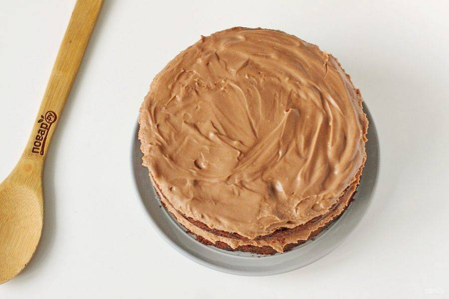 Готовый торт достаньте из холодильника, освободите из формы и пленки.