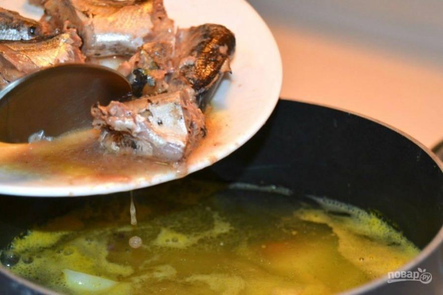 7.После 20 минут добавьте в суп рыбную консерву.