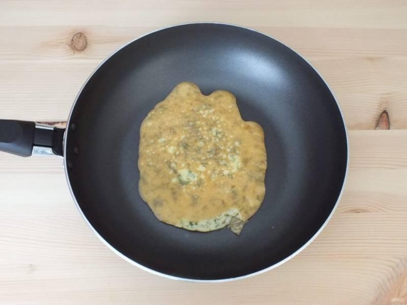 Разогрейте сковороду, если необходимо добавьте совсем немного масла. Налейте пару ложек яичной массы и обжарьте с двух сторон блинчик. Таким образом поступите со всей яичной массой.