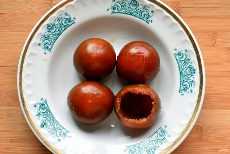 У помидор срежьте «крышечку», выберите ложкой мякоть, посолите помидоры внутри и уложите на тарелку срезом вниз для стекания сока.