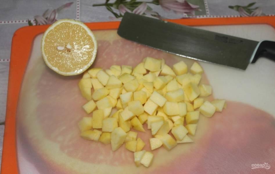 1.Яблоки мою и очищаю от кожуры, разрезаю на 2 части и вычищаю семена, затем нарезаю небольшим кубиком и сбрызгиваю лимонным соком, чтобы они не потемнели.
