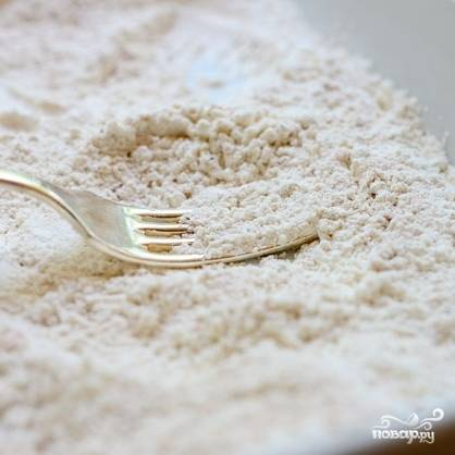 В тарелочке смешиваем все сухие ингредиенты: муку, соль, черный перец и кайенский перец. Хорошенько перемешиваем.