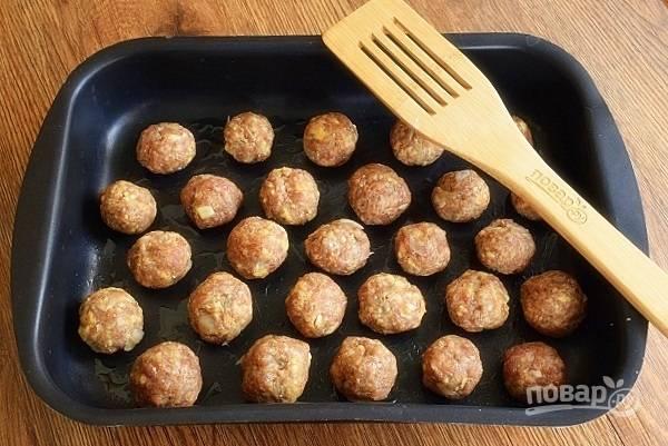 Сформируйте фрикадельки размером с грецкий орех. Выкладывайте их на противень, слегка смазанный растительным маслом. Запекайте их в разогретой духовке в течение 15-18 минут.
