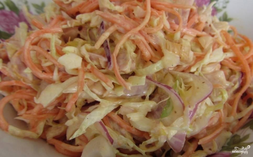 Копченую курочку нарезаем небольшими ломтиками. Капусту шинкуем соломкой, лук измельчаем. Соединяем в салатнице: курицу, капусту, морковь, лук. Заправляем салат майонезом и тщательно перемешиваем.