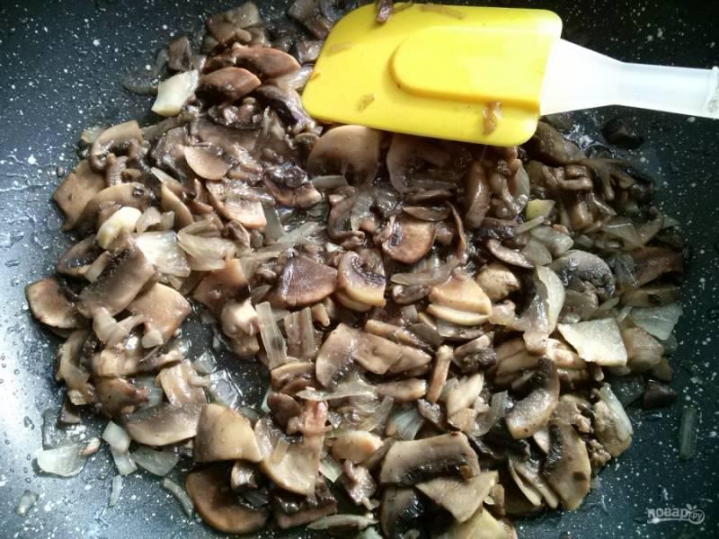 Лук, чеснок и грибы измельчите, посолите, поперчите по вкусу и добавьте мускатный орех. Обжарьте на разогретом растительном масле.