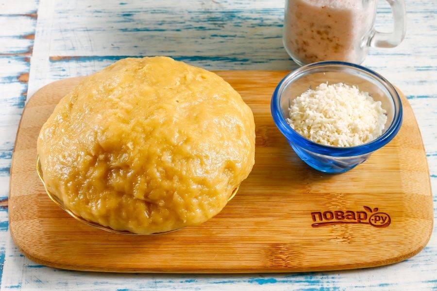 Тесто скатайте в шар, накройте пищевой пленкой и поместите в холодильник на 20 минут.