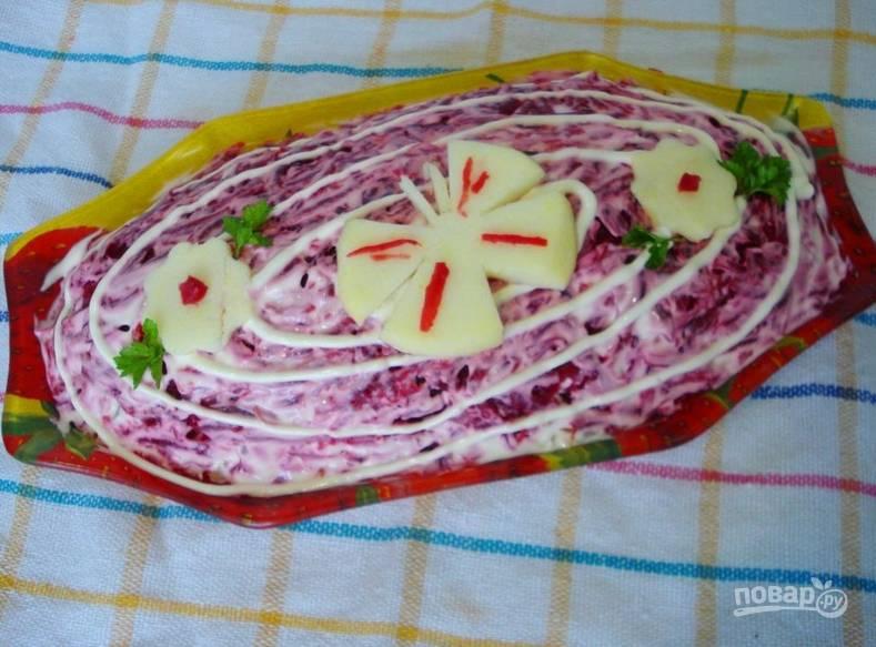 Осталось украсить салат вырезанными из яблока фигурками, а также зеленью. Приятного аппетита!