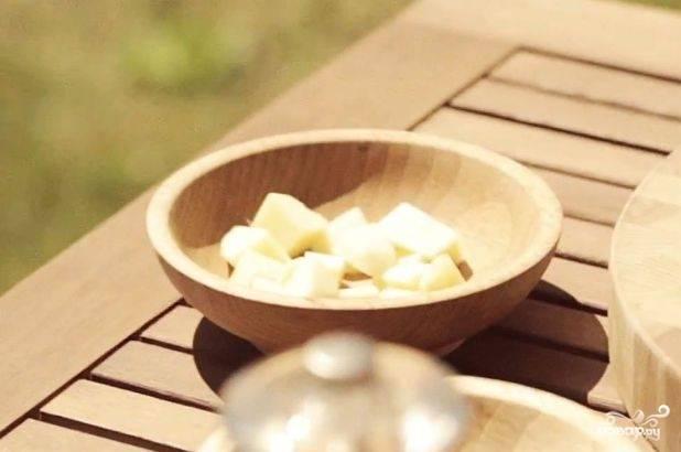Яблоки помойте, нарежьте четвертинками и удалите сердцевину с косточками. Потом нарежьте их крупными кубиками.