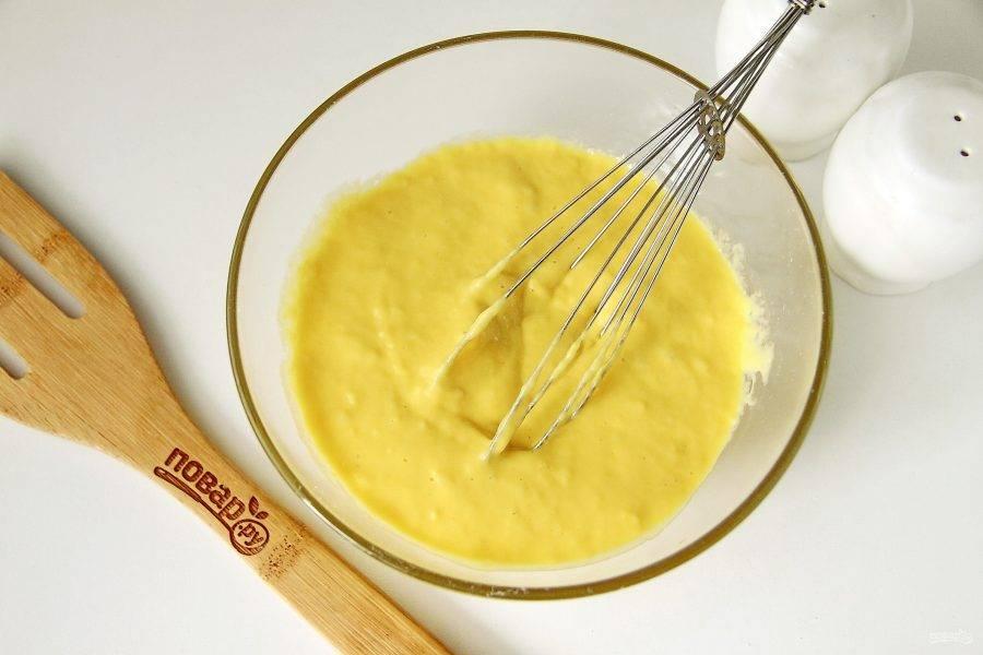 В глубокой миске взбейте яйца с солью. Добавьте кефир, муку и разрыхлитель. Перемешайте все до однородного состояния. Тесто готово.