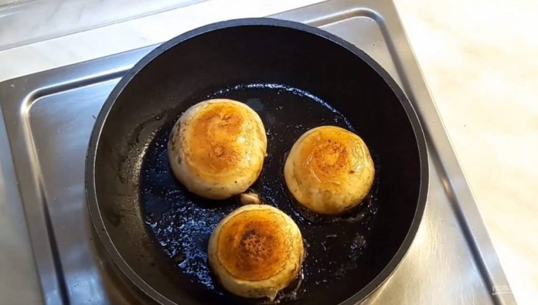 3. Обжарьте шапочки грибов на сливочном масле с обеих сторон до золотистого цвета.