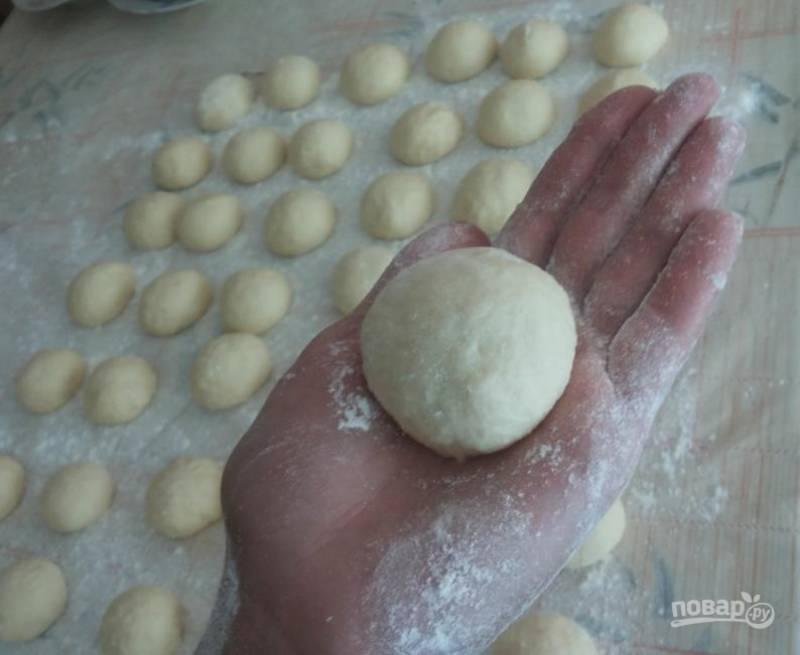 5. Теперь займемся тестом: делим его на части и каждую часть скатываем в шар. Я леплю пирожки прямо в руке.