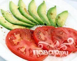 3.Авокадо почистить и порезать тонкими ломтиками, помидор порезать тонкими кружочками.