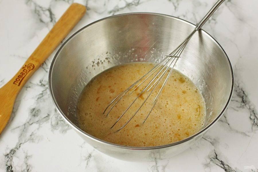 Яйца взбейте с сахаром венчиком или миксером.