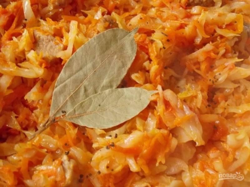 8.За 5 минут до готовности добавьте лавровый лист, соль, перец.