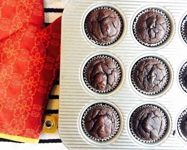 6. Когда маффины с какао в домашних условиях готовы, достаньте их из формы, остудите немного и подавайте к столу.  Приятного чаепития!