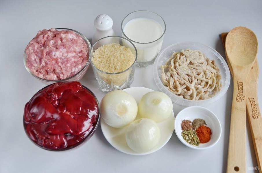 Подготовьте продукты и кишки для колбасок. Свинину перекрутите на фарш. Кишки замочите в воде. Потом просто прополосните от соли.
