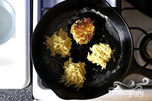 3. Нагреть большую сковороду на среднем огне с 1 столовой ложкой сливочного масла. Используя ложку, постепенно выливать тесто на сковороду, формируя оладьи. Жарить оладьи до золотистого цвета, от 3 до 5 минут, затем перевернуть и продолжать жарить 3-5 минут с другой стороны.