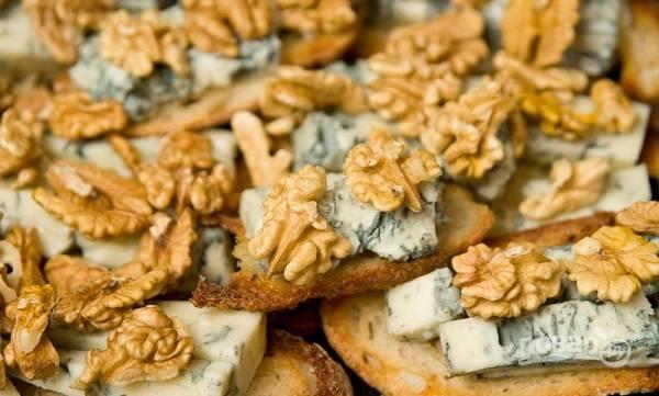 6. Добавьте по паре орешков и отправьте в духовку еще минут на 5, чтобы сыр расплавился.