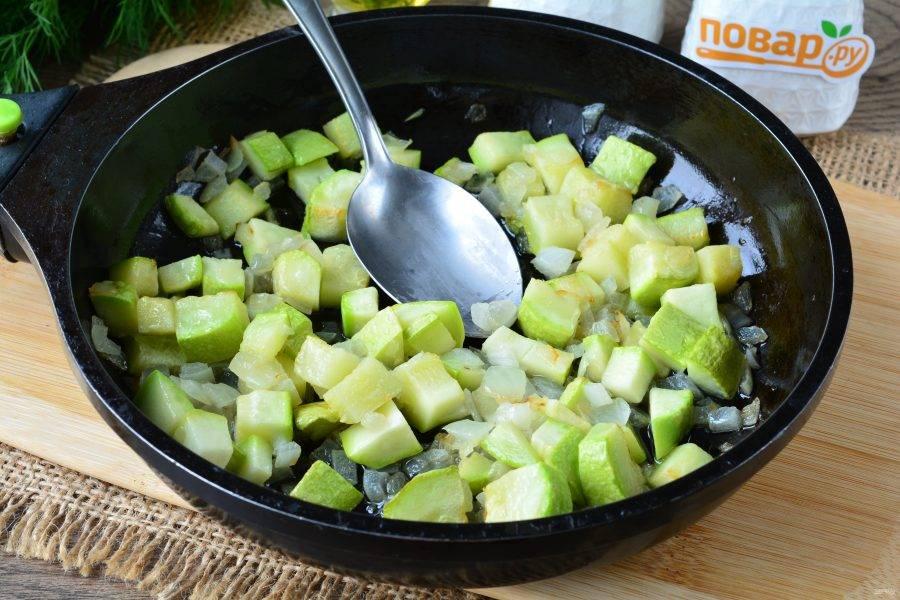 На оливковом масле пассеруйте кабачки  с луком примерно 3-4 минуты.