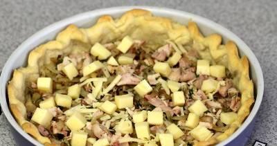 7. На дно выкладываем натертый сыр, затем мясо с луком и сверху снова кубики сыра. Вливаем заливку и ставим в духовку еще на полчаса.