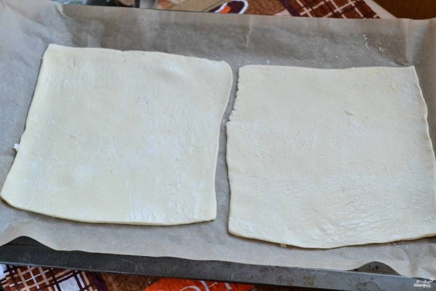 Противень застелите пергаментом, выложите на него тесто. Если у вас есть большой противень, то на него можно выложить сразу все 4 листа теста и испечь их за один заход. Мне пришлось выпекать тесто по 2 листа, это немного замедлило процесс приготовлеия торта.
