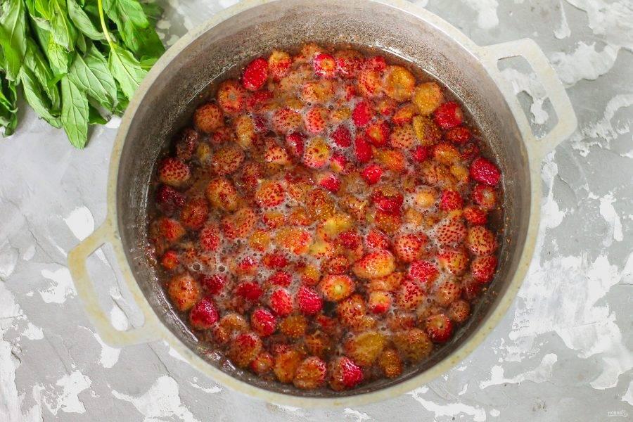 Поместите емкость на плиту и доведите ее содержимое до кипения, потушите на среднем нагреве около 5 минут и выключите нагрев. Следите за вареньем - может образоваться обильная пена. Дайте десерту остыть около 1 часа.