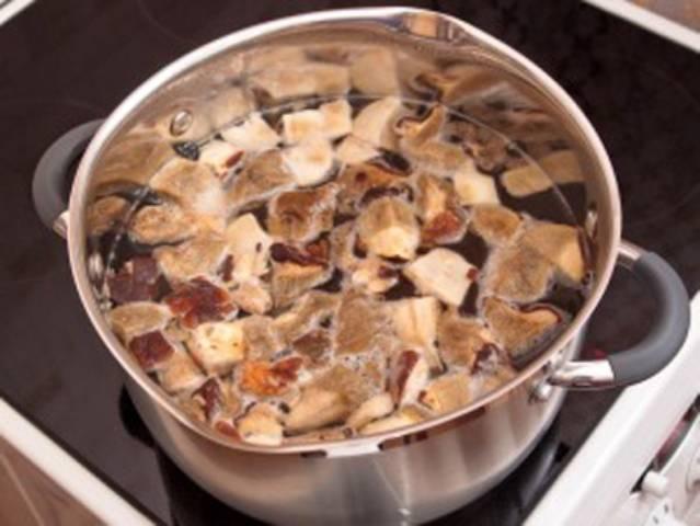 Разморозьте грибы, порежьте и бросьте в кипящую воду на 20-25 минут.