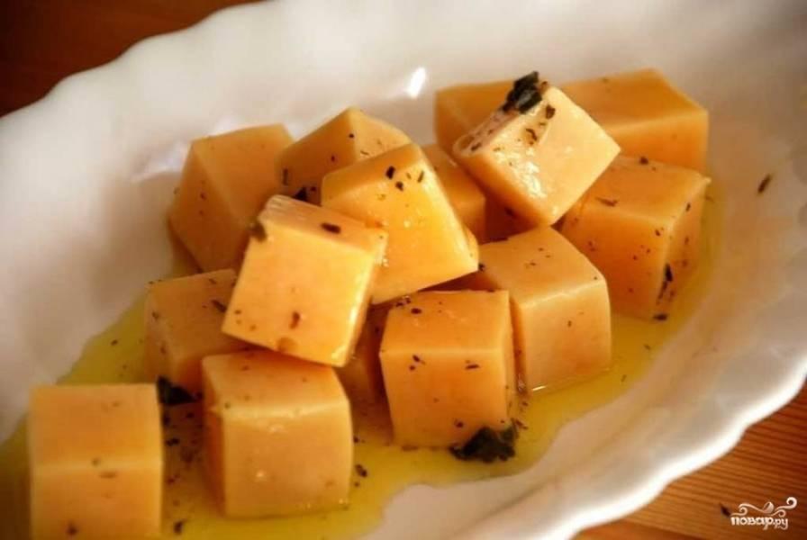 Ставим баночку в холодильник. Через 2-3 дня маринованный сыр уже будет готов к употреблению.