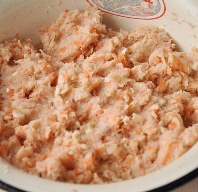 Перемешиваем рыбу с тертой морковью, измельченным луком, хлебом (предварительно замоченном в молоке) и одним сырым яйцом. Солим, перчим и тщательно перемешиваем.