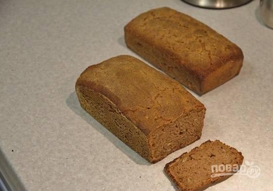 Готовый горячий хлеб выньте из формы и уберите под полотенце. Через пару часов его можно пробовать.