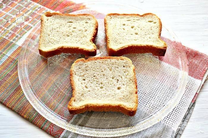 1. Нарежьте тонкими ломтиками хлеб (или используйте уже нарезанный, к примеру, тостовый).