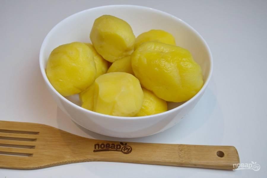 Картофель, отваренный в мундире очистите от шкурки.