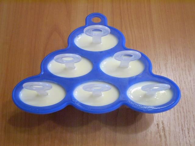 7. Разлейте по формочкам мороженое и поставьте в морозилку на несколько часов.