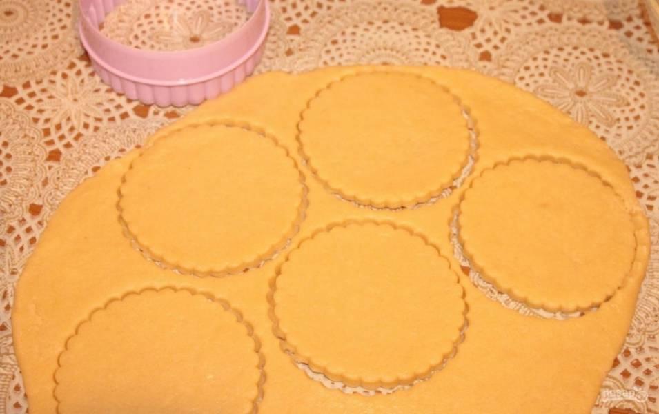 8.Отдохнувшее тесто раскатываю в пласт толщиной 5 миллиметров. У меня фигурные формочки, но можно и обычным стаканом вырезать формы.