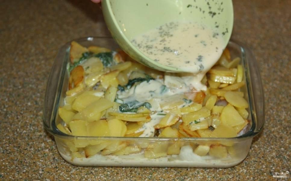 8. Заливаем нашу рыбу с овощами и ждем, пока жидкость не распределится по всей поверхности.
