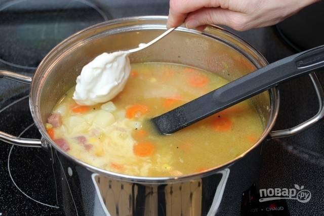 7.Снимите кастрюлю с огня и дайте постоять несколько минут, добавьте жирные сливки и перемешайте.