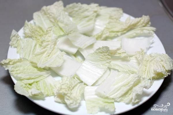 Листья салата вымоем, нарвем и выложим в салатницу.