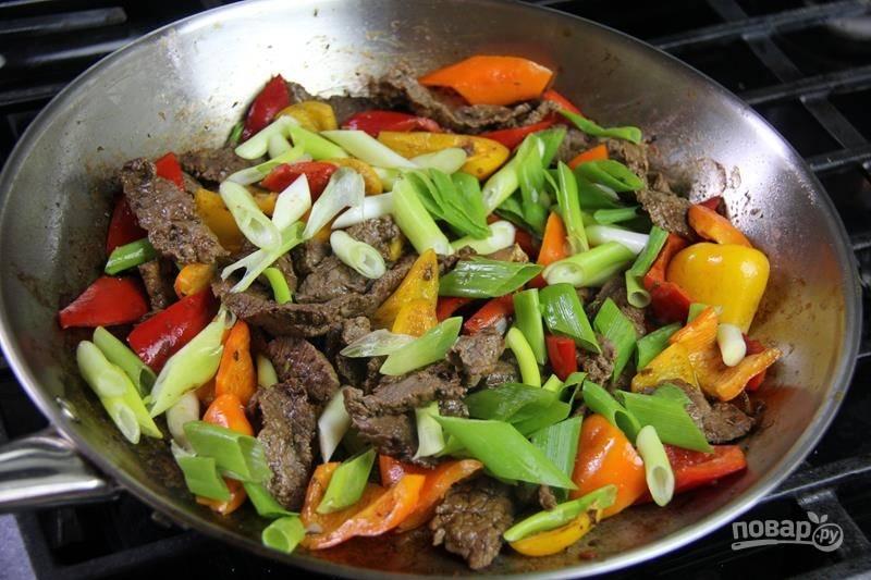 6. В конце выложите зеленый лук, через минуту можно подавать блюдо к столу. Жареная с овощами говядина — это вкусно и просто. Приятного аппетита!
