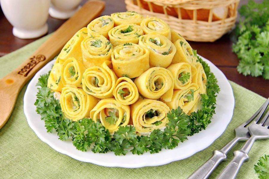 """Перед подачей на стол переверните готовый салат """"Шарлотка"""" на сервировочное блюдо блинчиками вверх, снимите пленку и украсьте зеленью. Приятного аппетита!"""